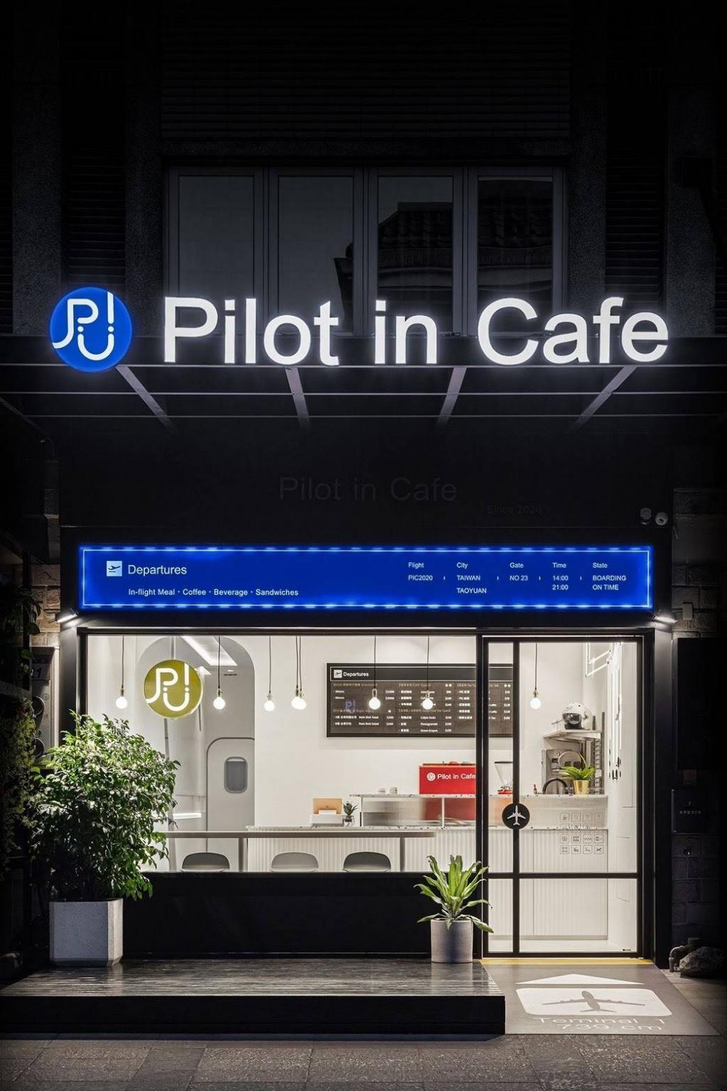 Pilot in Café-1.jpg